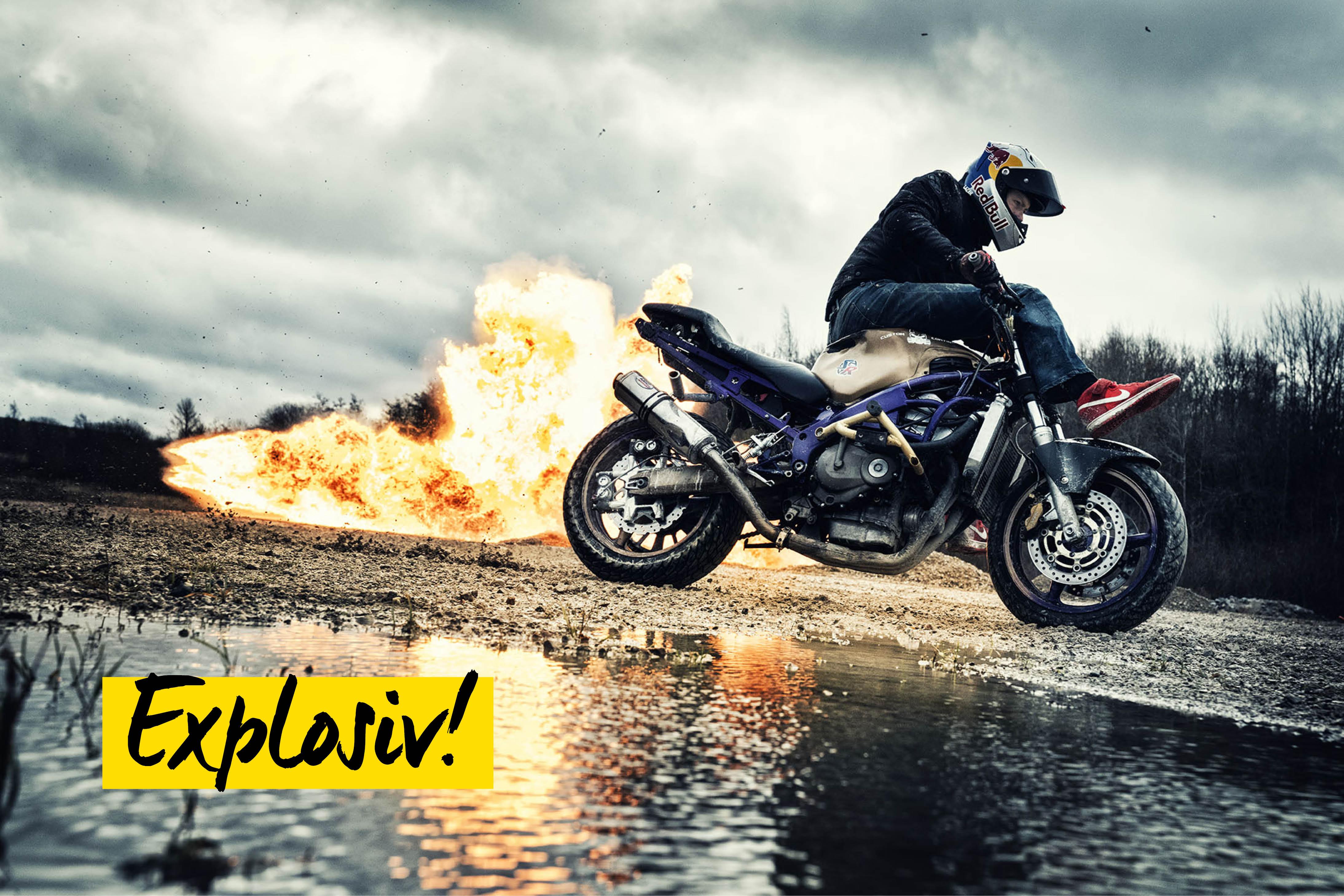 Mann mit brennendem Motorrad